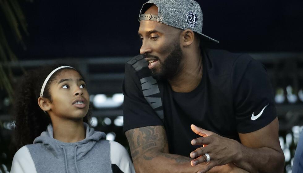 OMKOM: Kobe Bryant sammen med datteren Gianna. De omkom begge i helikopterulykka i 2020. (AP Photo/Chris Carlson, file)
