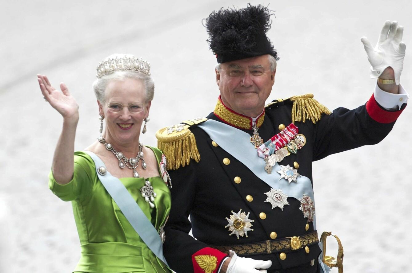 TURBULENT: Prins Henrik fikk særlig mye tyn for å sjelden stå ved kona dronning Margrethes side, og misnøyen til det danske folk kom synlig frem. FOTO: NTB