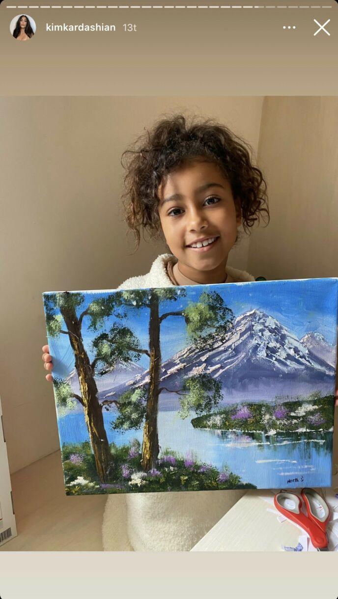 STOLT: Kardashian delte et bilde av datteren North som poserte med maleriet sitt. Foto: Instagram / Kim Kardashian