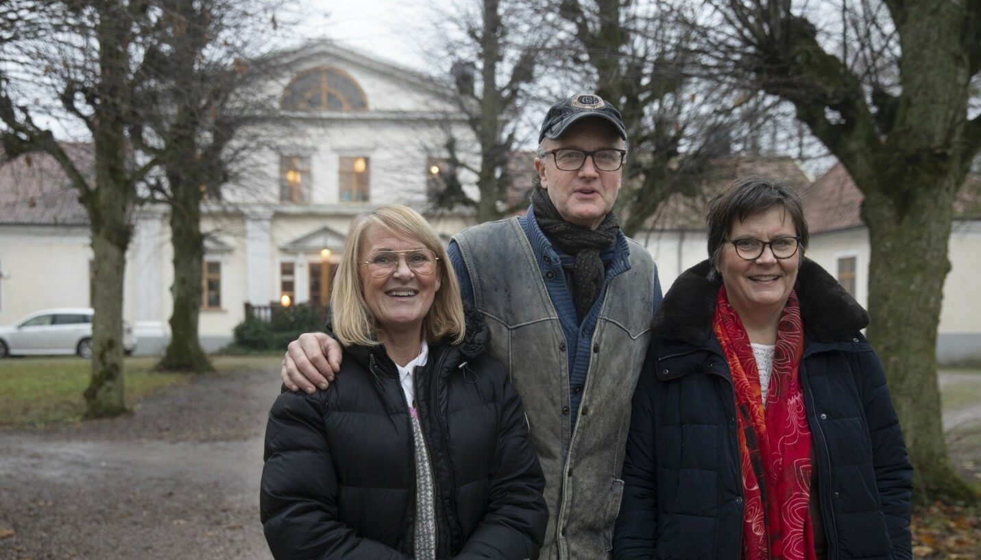 MODERNE FAMILIE: Det er en annerledes trio som bor sammen på gården Stafva, som ligger på den svenske øya Gotland i Østersjøen. Patrik von Corswant og hans kone Inger (t.h.) lever sammen med Ann Sebek (t.v.). Hun er Patriks ekskone og har barn med Ingers tidligere samboer. FOTO: Stig Hammarstedt