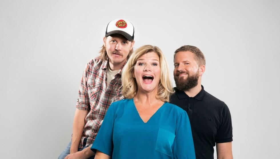 TRIO: Her er Anne Lindmo avbildet med Rune Norum og Halvor Haugen som hun driver podkasten sammen med. Foto: NRK