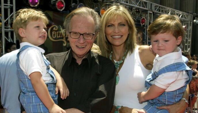 BARNA FÅR ALT: Larry King ønsker at hele sin formue skal fordeles likt mellom barna. Her med Shawn og deres felles barn Chance og Cannon i 2002. Shawn får altså ikke ei krone. Foto: Reuters / NTB.