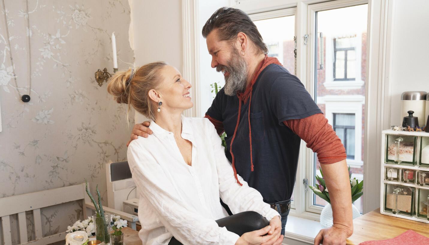 STÅR STØTT: Etter et langt forhold og ekteskap, har Sølje og Stig Henrik funnet ut av hva som fungerer for de i et forhold. Og at sjalusi ikke nødvendigvis trenger å være noe negativt. FOTO: Espen Solli