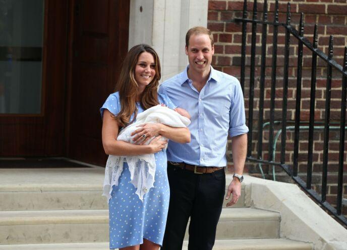 TRADISJON: Hertuginne fulgte i Dianas fotspor med alle sine tre barn. Her avbildet på trappene med nyfødte prins George og prins William i 2013. Foto: Beretta/Sims/REX/NTB
