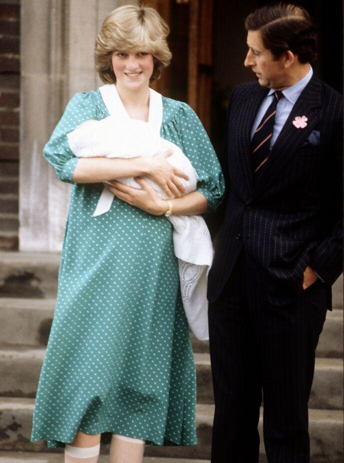 SYKEHUSTRAPPER: Det er tradisjon at de ferske kongelige mødrene står utenfor St Marys sykehus i London. Her er prinsesse Diana med prins William i 1982. Foto: Jorgensen/Carraro/Young/REX/NTB