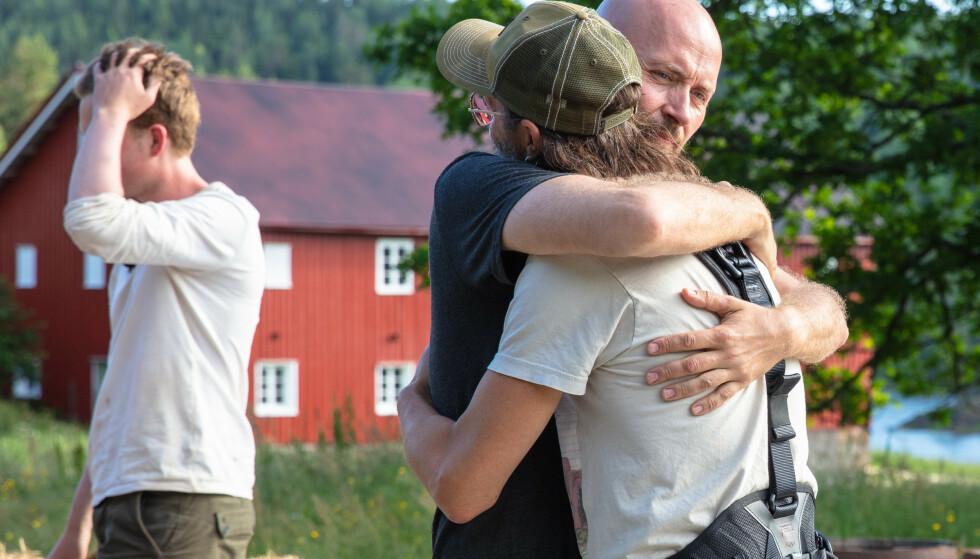 FIKK KLEM: Terje Sporsem ga Thomas Felberg en god klem da han valgte å reise hjem. Foto: Alex Iversen / TV 2