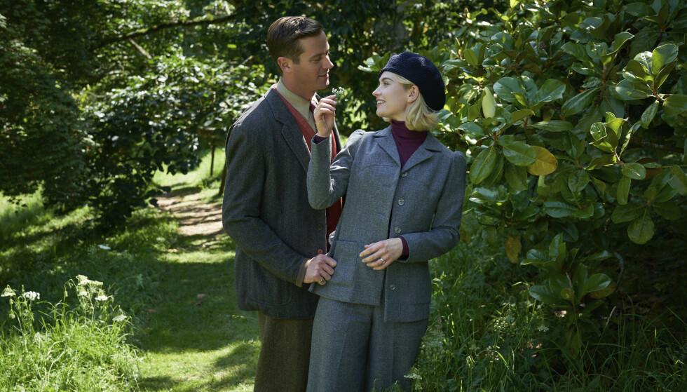 NÆR KONTAKT: Armie Hammer og Lily James spiller et nygift par i Netflix-filmen «Rebecca». Her i en scene fra nevnte film. Foto: Kerry Brown/ Netflix via AP/ NTB