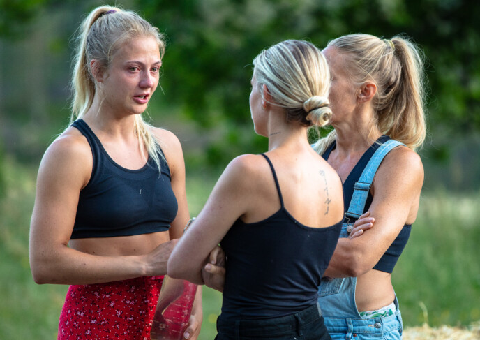 UTRØSTELIG: Kine Olsen lot tårene trille etter konkurransen. Her forteller hun til Anniken Jørgensen og Sølje Bergman at hun ikke ønsker å ha noe mer med Öde Nerdrum å gjøre. Foto: Alex Iversen / TV 2