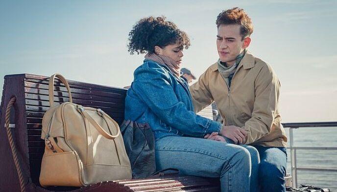 TØFFE SCENER: Her er Lydia West og Olly Alexander i en scene fra «It's a Sin». Foto: HBO