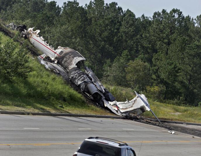 TOK FYR: Travis Barker og seks andre var ombord på privatjeten. Fire av dem gikk bort. Her ser man flyet etter ulykken. Foto: Brett Flashnick / AP / NTB