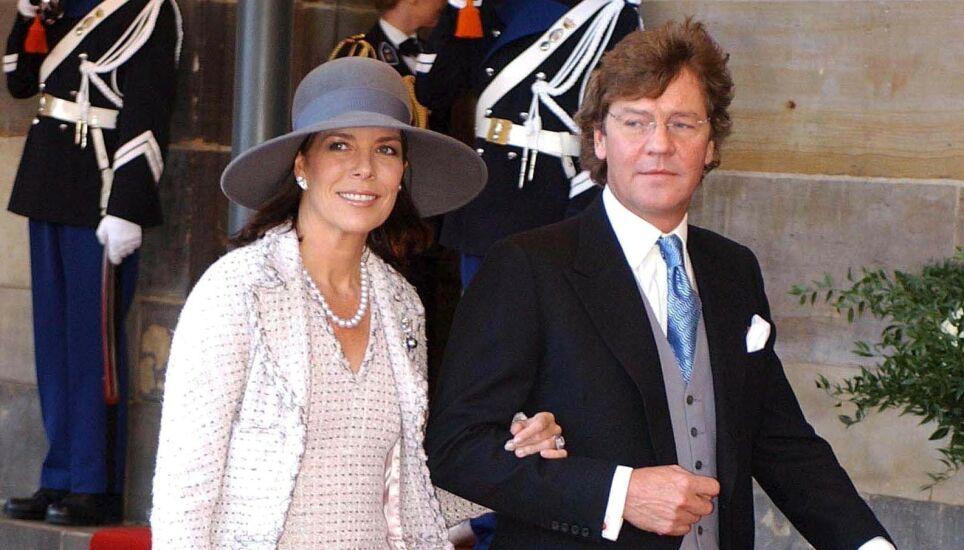 GÅR RETTENS VEI: Prins Ernst August har saksøkt sin egen sønn for å få tilbake et slott i Tyskland. Her er han med kona prinsesse Caroline i 2002. Foto: REX/ NTB