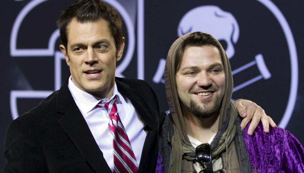 SPARKET: Bam Margera er nå kastet ut av innspillingen av den fjerde «Jackass»-filmen, grunnet dårlig oppførsel og narkotikabruk. Her avbildet med «Jackass»-kollega Johnny Knoxville (t.v.) i 2010. Foto: Gero Breloer/ AP/ NTB