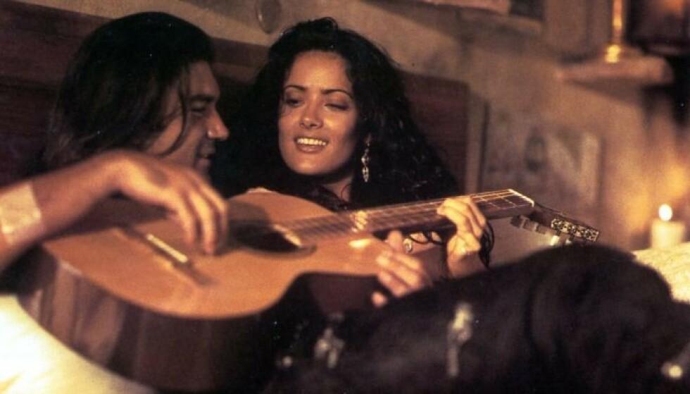 GRÅT: Salma Hayek gråt seg gjennom filmens hete scener. Her fra filmen med Antonio Banderas. Foto: Moviestore / REX / NTB