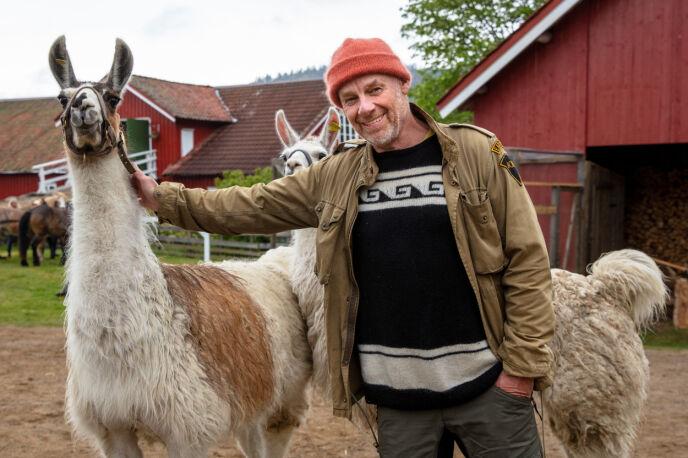 FÅR STØTTE: Espen Thoresen, her sammen med gårdens to lamaer. Foto: Alex Iversen / TV 2