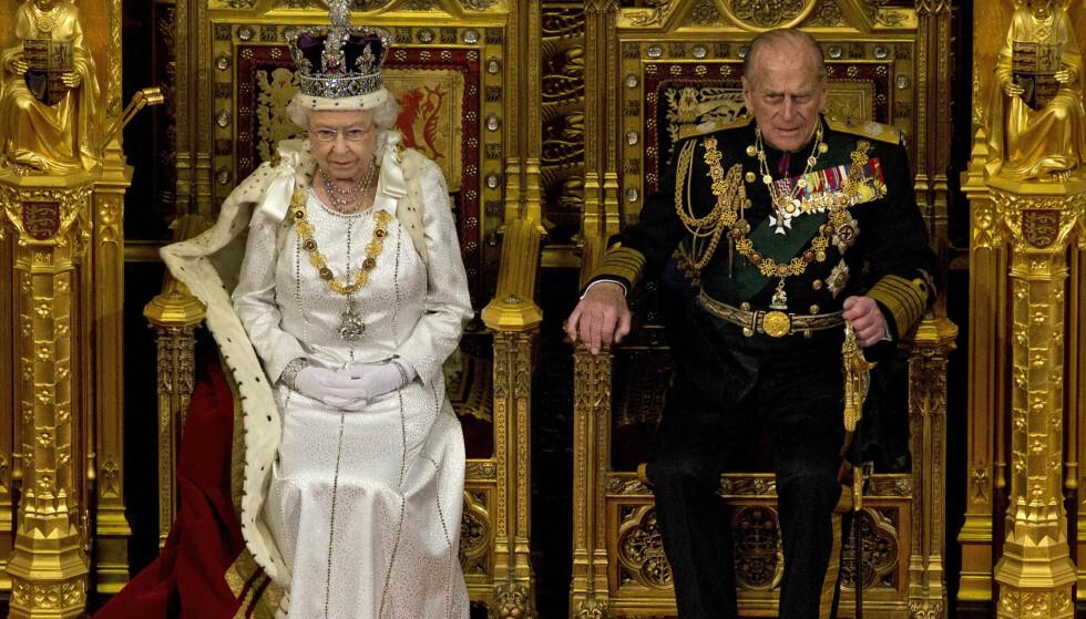 VIKTIG STØTTE: Prins Philip har alltid stått ved konas side. I 1957 bestemte hun seg for å gi ham prinsetittel. Her sammen i 2012. Foto: Alstair Grant / AP / NTB