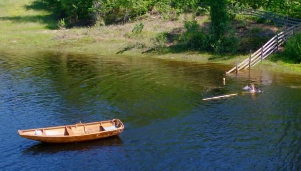 FIKK TRØBBEL: Öde Nerdrum tapte dyrebar tid da han mistet årene i vannet og måtte svømme etter båten som drev vekk. Foto: TV 2