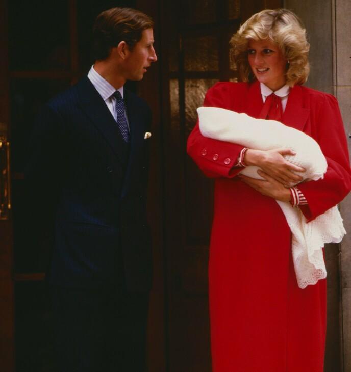 NUMMER TO: Meghan og Harry annonserte svangerskap nummer to på samme dato som prinsesse Diana gjorde da hun gikk gravid med prins Harry. Her er hun avbildet på sykehustrappen med nyfødte Harry og prins Charles. Foto: NJ/ REX/ NTB