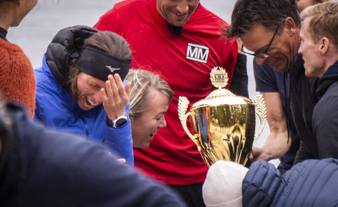 EN SMELL: Anne Margrethe fikk pokalen i ansiktet idet deltakerne skulle hylle vinneren.Foto: Lars Eivind Bones / Dagbladet