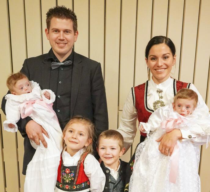 STOR DAG: Jone og Henriette er travle firebarnsforeldre. Oda og Kevin var svært stolte da lillesøstrene Kaja og Thea ble døpt. Foto: Privat