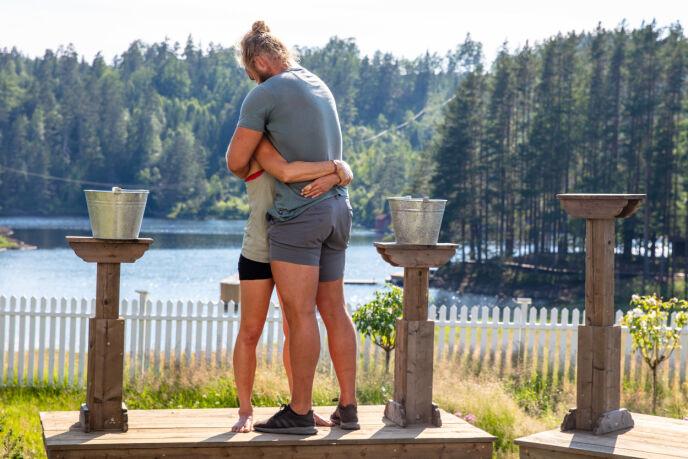 LANG KLEM: Sølje og Lasse ga hverandre en lang, kjærlig klem etter å ha konkurrert mot hverandre. Foto: Alex Iversen / TV 2