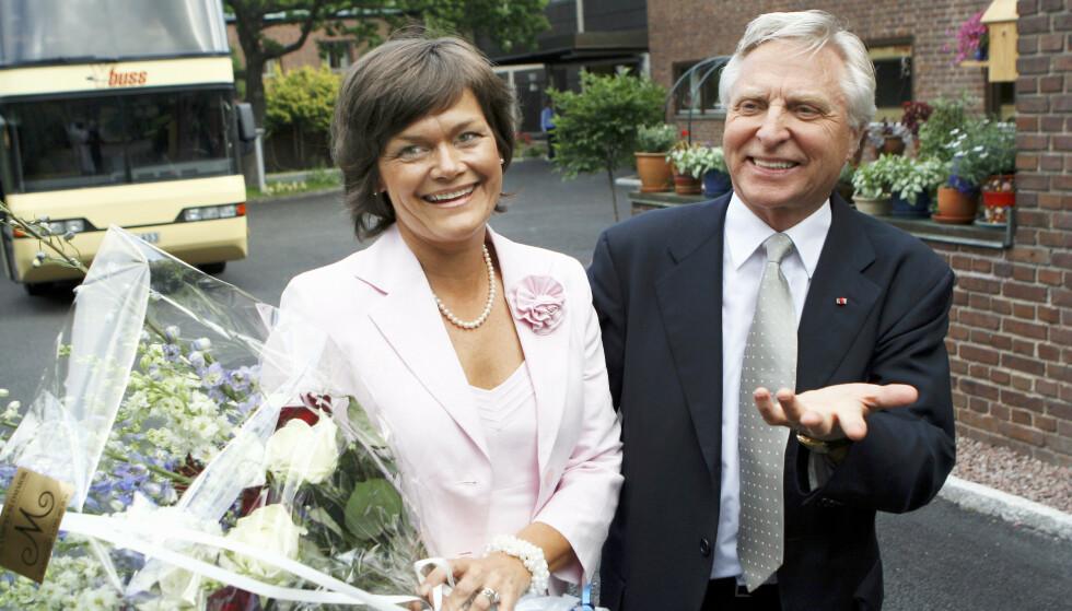 LYKKELIG OG NYGIFTE: Arve Tellefsen gifter seg med sin Kristin i den norske ambassaden i Stockholm. FOTO: Thomas Engström