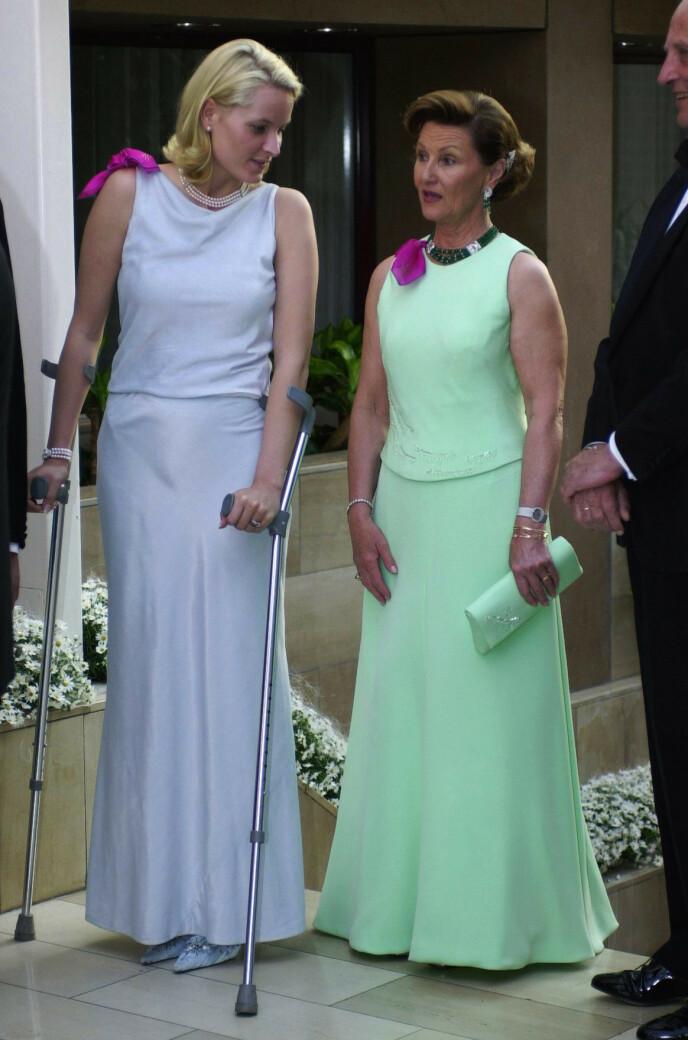 ANKELBRUDD: I 2002 måtte kronprinsessa bruke krykker i lang tid som følge av et brudd i ankelen. Foto: Erlend Aas / NTB