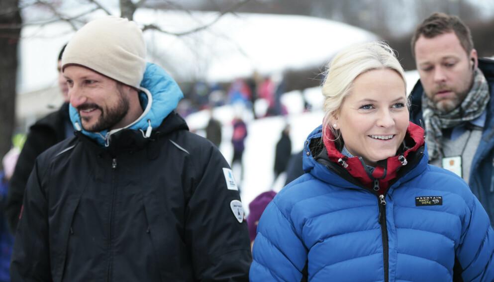 KNALL OG FALL: I podkasten «The Kåss Furuseths» forteller kronprinsesse Mette-Marit om skiulykken som fant sted like før jul i fjor. Foto: Lise Åserud / NTB