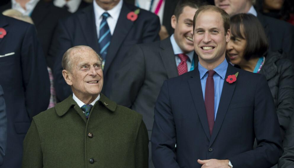HAR DET BRA: Prins William forteller at bestefaren prins Philip har det bra på sykehus, og at legene følger godt med på ham. Her er de sammen i 2015. Foto: Tim Rooke / REX / NTB