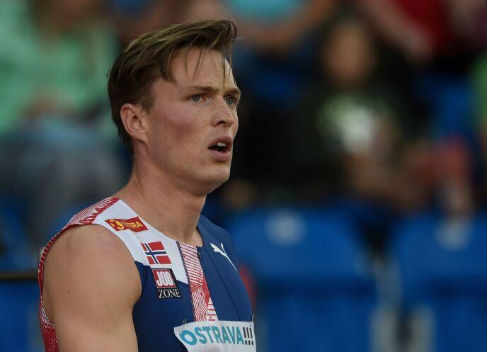 HOLDER KOKEN: Karsten Warholm etter at han vant 400 meter hekk - dog i et mislykket verdensrekordforsøk - i Ostrava, Tsjekkia i september 2020. Foto: Michal Cizek / AFP/ NTB