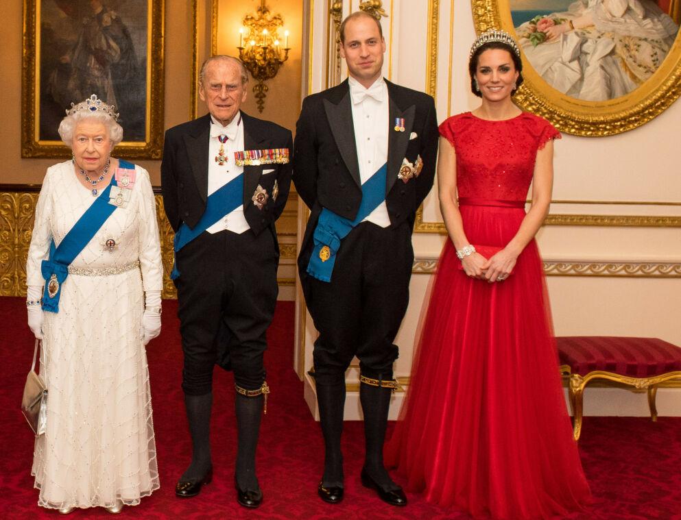 INNLAGT: Prins Philip, dronning Elizabeths 99-årige ektemann, er fortsatt innlagt på sykehus. Her med dronningen, prins William og hertuginne Kate i 2016. Foto: REX/ Shutterstock/ NTB