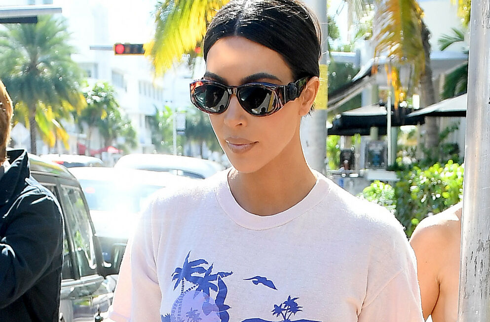 PÅ VEI MOT SINGELLIVET: Kim Kardashian er offisielt på vei ut av ekteskapet med Kanye West, og kan nok både more seg over - eller klø seg i hodet - over mer eller mindre seriøse forsøk på å sjekke henne opp. Foto: Robert O'Neil / Splash News/ NTB