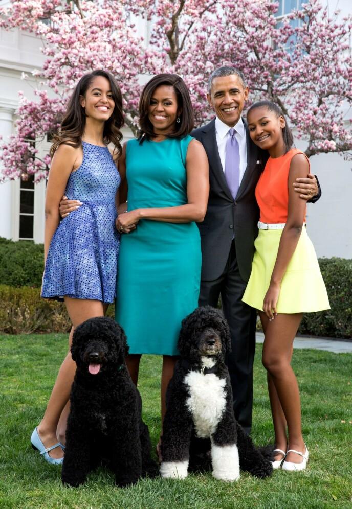 SPESIELL OPPVEKST: Michelle og Barack Obama har ved flere anledninger uttalt at de ønsker å gi døtrene en så normal oppvekst som mulig. Her to år før de måtte flytte ut av Det hvite hus. Foto: Pete Souza /REX / NTB