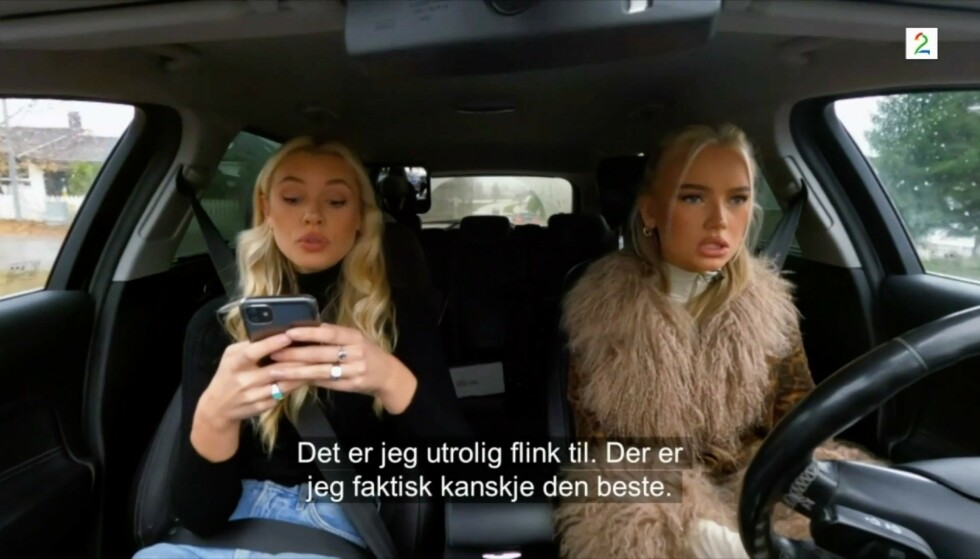 MOBILBRUK: Da Emma og Mia Ellingsen øvelseskjørte på «Bloggerne», var det flere som bet seg merke i mobilbruken. Foto: TV 2
