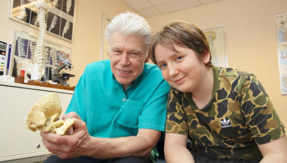 LØSTE GÅTEN:– Jeg fant punktet i nakken din som påvirker hosterefleksen, sier den anerkjente kiropratoren Tom G. Bjargo til Michael. Foto: Morten Eik/ Se og Hør