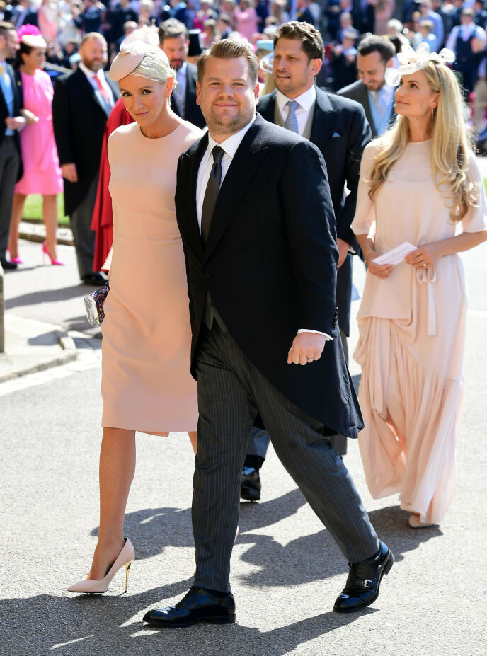 GJESTER: James Corden og kona Julia Carey var blant de mange kjendisgjestene i prins Harry og hertuginne Meghans bryllup. Foto: REX/ NTB