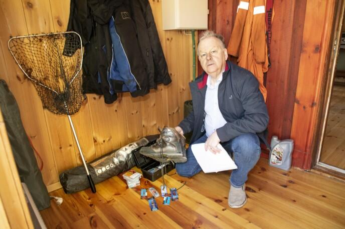 STUSSER: – Fjellsko, ny fiskestang og nye fiskekroker står urørt. Det er merkelig når Tom Rune hadde sagt at han dro for å fiske i et fjellvann, sier Finn. Foto: Morten Eik