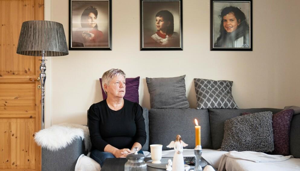 LEVER I UVISSHET: - Jeg sier alltid at jeg har tre fantastiske døtre, sier Inge-Lise. I stuen hjemme i leiligheten henger det bilder av Therese, (t.v.) som i dag ville ha vært 41 år, Elena som nå er 38 år og Tine på 32 år. Foto: Espen Solli