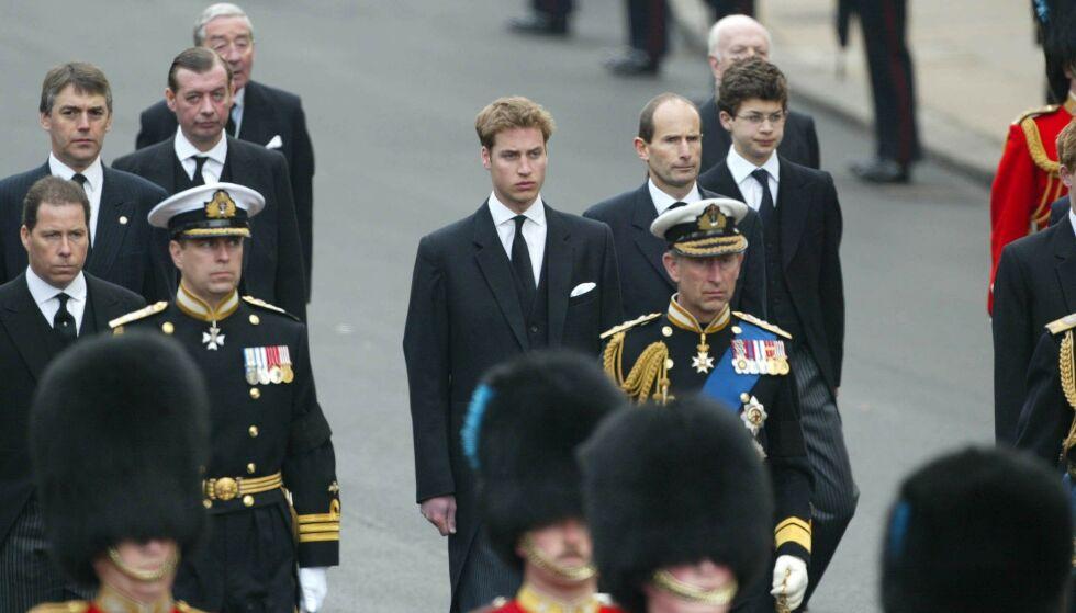 SLEKT: Simon Bowes-Lyon er jarl av Strathmore, og dermed en del av kongefamilien. Her avbildet bak blant andre prins William i dronningmorens begravelse i 2002. Foto: Nils Jorgensen / REX / NTB