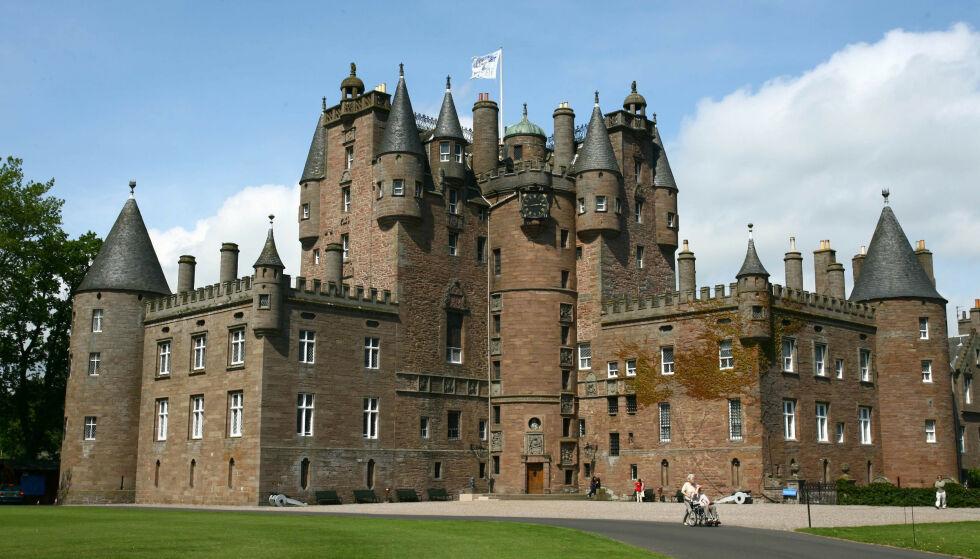 GLAMIS: Det var på dette slottet overgrepet fant sted i februar i fjor. Slottet er dronningmorens barndomshjem. Foto: James Fraser / REX / NTB