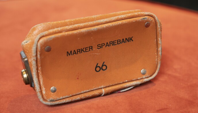 PENGEVESKE: Denne lille vesken fra den lokale sparebanken skal ha trigget den eller de som ranet og drepte Marit. FOTO: Espen Solli