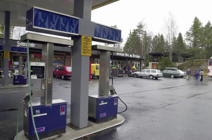 LIVSVERKET: I Ørje, nær svenskegrensen, ligger den kombinerte bensinstasjonen og kafeen som Marit drev. Bak til høyre ligger huset hun bodde i. FOTO: NTB