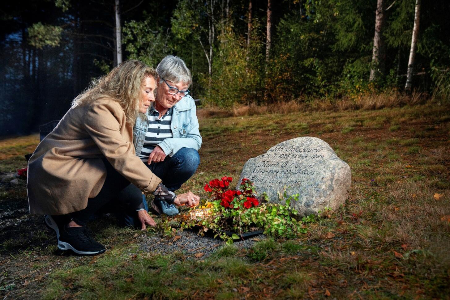VONDT: Bente og AnnaRagnhild tenner lys på graven 22. oktober hvert år. – Det gjør vondt å tenke på all smerten mamma må ha hatt den dagen, sier søstrene. FOTO: Espen Solli