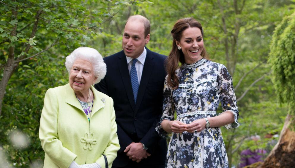 STILLER OPP: Dronning Elizabeth har hatt noen tøffe uker, men ifølge US Magazine stiller familien opp. Her er hun med prins William og hertuginne Kate i 2019. Foto: Shutterstock / REX / NTB