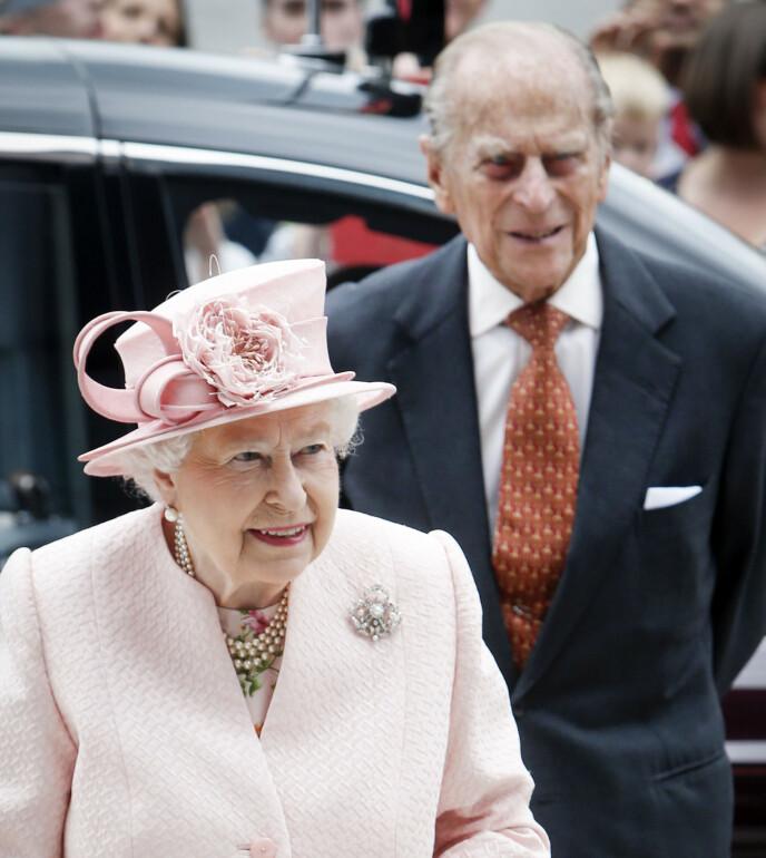 I TYKT OG TYNT: Prins Philip har stått last og brast ved konas side siden hun tok over tronen i 1952. Nå er det omvendt. Her er de i 2016. Foto: Rex / Shutterstock / NTB