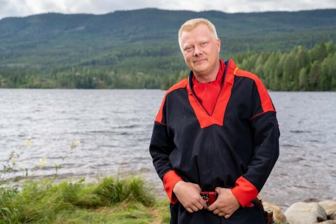 FIKK BESØK: Nils Kvalvik fikk besøk av 13 «Farmen»-deltakere til Porsanger i helga. Det har skapt reaksjoner, og kan koste dem dyrt om politiet skulle konkludere med at de har brutt smittevernsreglene. Foto: Alex Iversen / TV 2