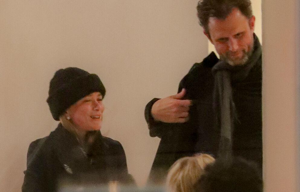 UTE PÅ LIVET: Nyskilte Mary-Kate Olsen ble fredag observert på restaurant i New York sammen med medie-gründeren John Cooper. De forlot restauranten sammen, ifølge Daily Mail. Foto: Felipe Ramales / Splash News / NTB