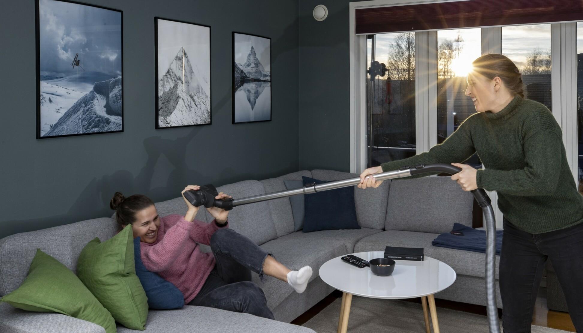 «KOM IGJEN»: - Jeg er raskere enn deg til å støvsuge, erter Lotta (t.h.). Tvillingsøster Tiril er langt fra enig! FOTO: Geir Olsen