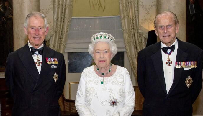 AVVISTE RASISME: Dronning Elizabeth avviste at det britiske kongehuset hadde rasistiske holdninger slik Meghan og Harry hadde hevdet under Oprah Winfrey-intervjuet. Her sammen med sønnen prins Charles (t.v.) og ektemannen prins Philip. Foto: REX / NTB