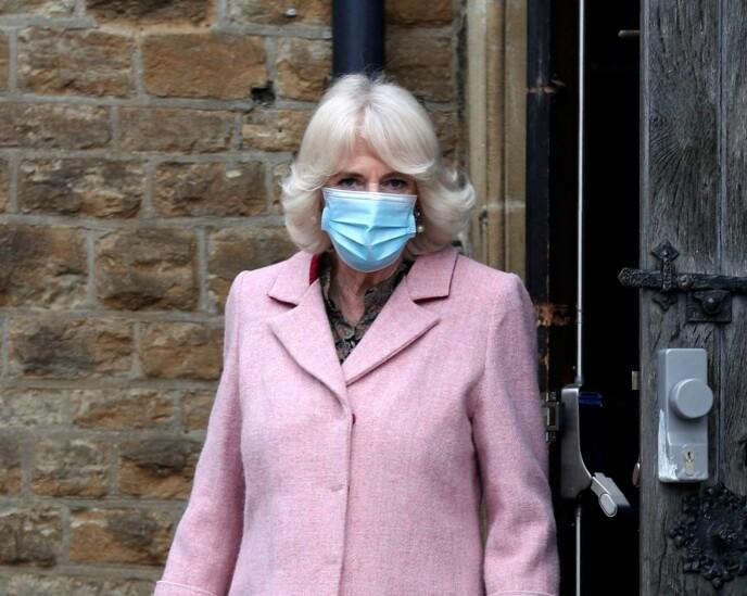 KONGELIG BESØK: Hertuginne Camilla besøkte et vaksinesenter i Croydon onsdag. Det var her hun uttalte seg om prinsen. Foto: Steve Parsons / AFP / NTB