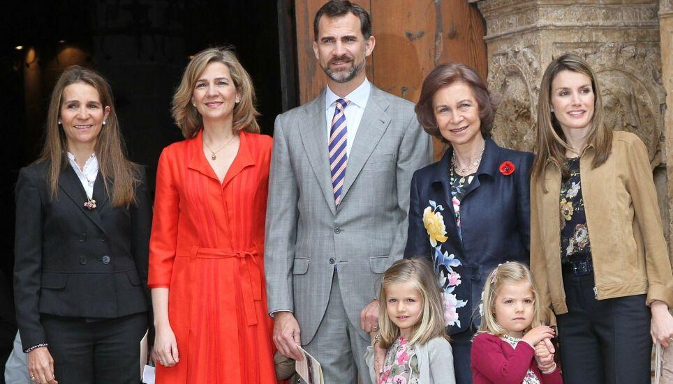 KRITKK: De to spanske prinsessene Elena og Cristina (t.v.) har mottatt coronavaksine. Det er imidlertid ikke uten kritikk. Her avbildet med den spanske kongefamilien. Foto: Image Point/ REX/ NTB